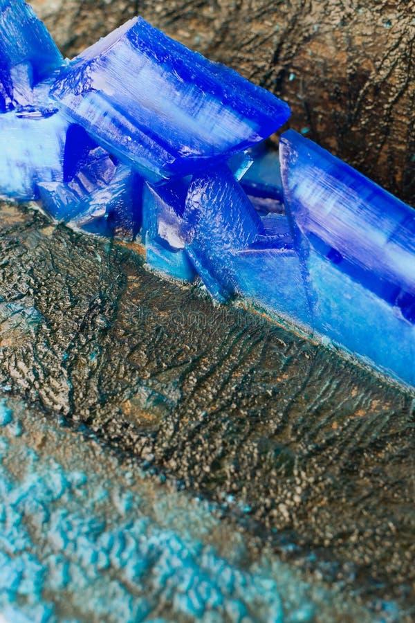 Pátina y cristales del vitriolo azul en los ánodos de las placas de cobre del primer galvánico de la instalación foto de archivo