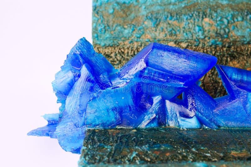 Pátina y cristales del vitriolo azul en los ánodos de las placas de cobre del primer galvánico de la instalación fotos de archivo