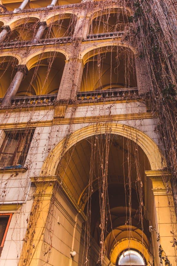 Pátio-bem fechado da construção histórica velha na cidade de Budapest Vista inferior para cima fotos de stock