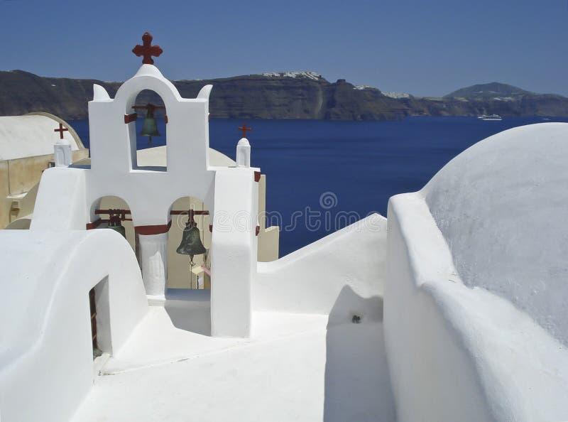 Pátio branco da igreja em um fundo do mar e do céu (Santorini, Grécia) foto de stock