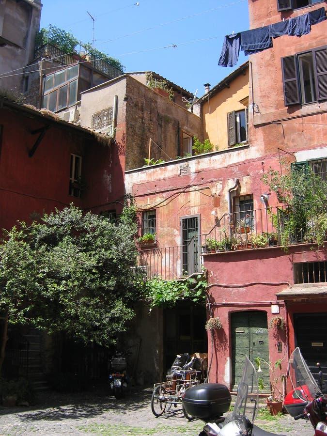 Pátio característico da Roma velha com as construções vermelhas e a lavanderia suspendida Italy fotos de stock