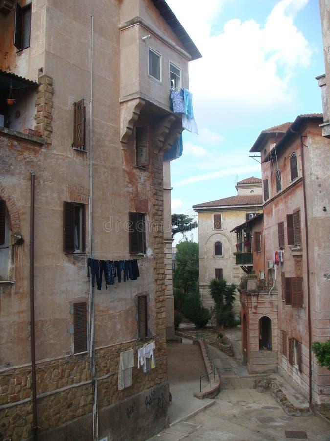 Pátio característico do distrito popular Garbatella a Roma Itália fotos de stock royalty free