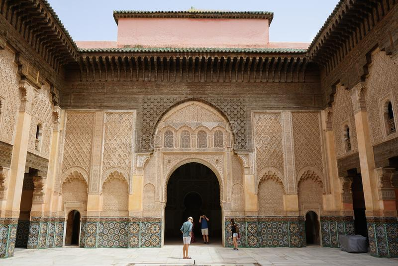 Pátio cinzelado da arquitetura islâmica Ben Youssef Madrasa fotografia de stock royalty free