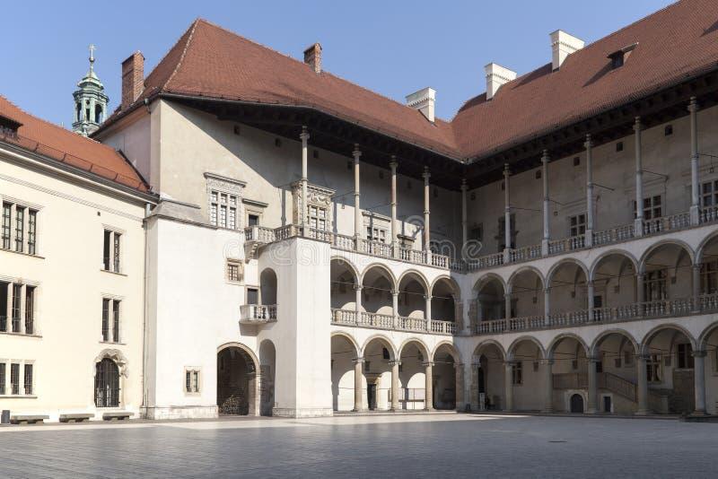 Pátio com arcadas do wawel real do castelo em cracow em poland foto de stock