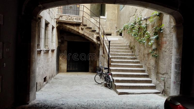 Pátio com bicicleta velha fotos de stock royalty free