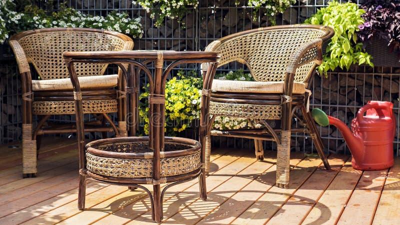 Pátio com mobília do jardim no dia ensolarado imagem de stock royalty free