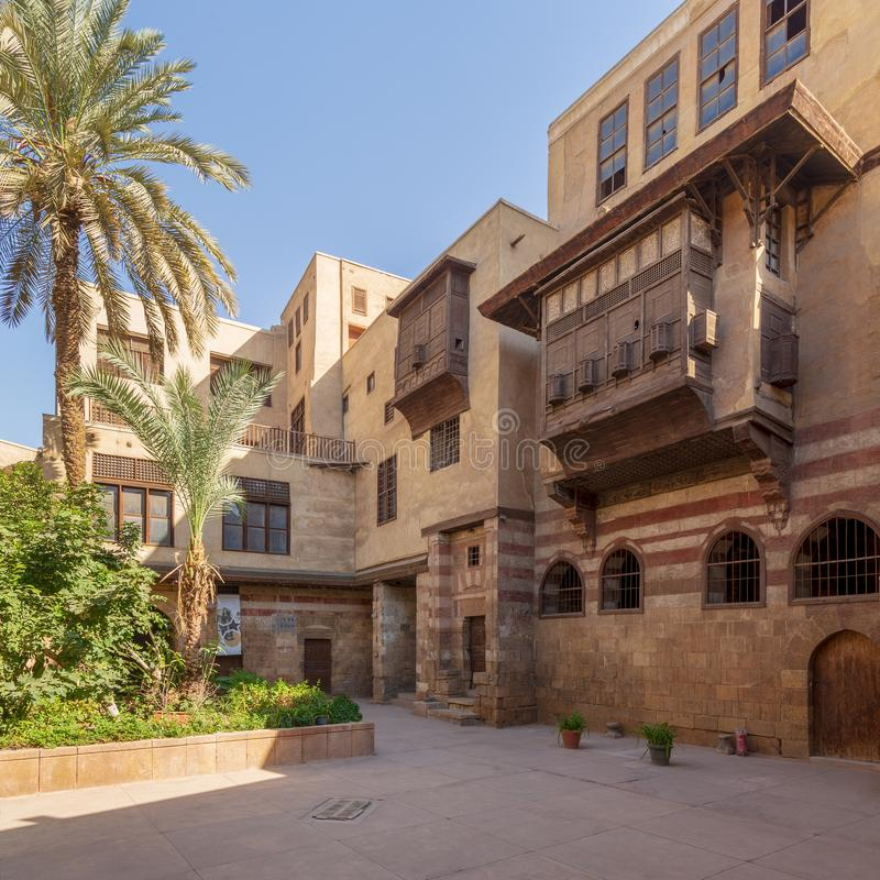 Pátio da casa histórica da era do EL Razzaz Mamluk, distrito do al-Ahmar de Darb, o Cairo velho, Egito imagem de stock royalty free