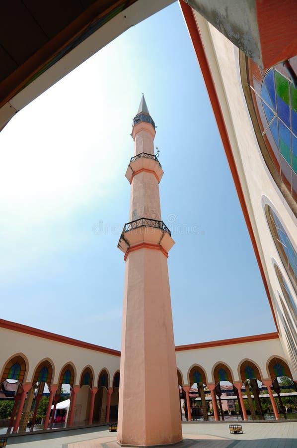 Pátio da mesquita de Putra Nilai em Nilai, Negeri Sembilan, Malásia imagem de stock