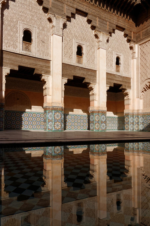 Pátio de Ben Youssef Madrasa imagem de stock royalty free