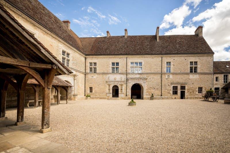 Pátio de Castelo du Clos de Vougeot Cote de Nuits, Borgonha, França fotografia de stock