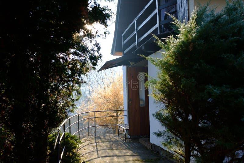Pátio de entrada coberto por uma casa de campo pequena imagem de stock royalty free