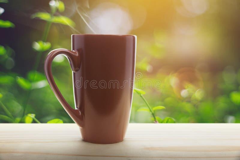 Pátio de entrada coberto vazio de copo de café de Brown a manhã foto de stock royalty free