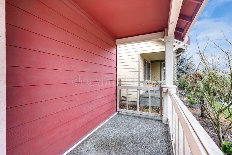 Pátio de entrada coberto vermelho coberto com trilhos fotografia de stock royalty free