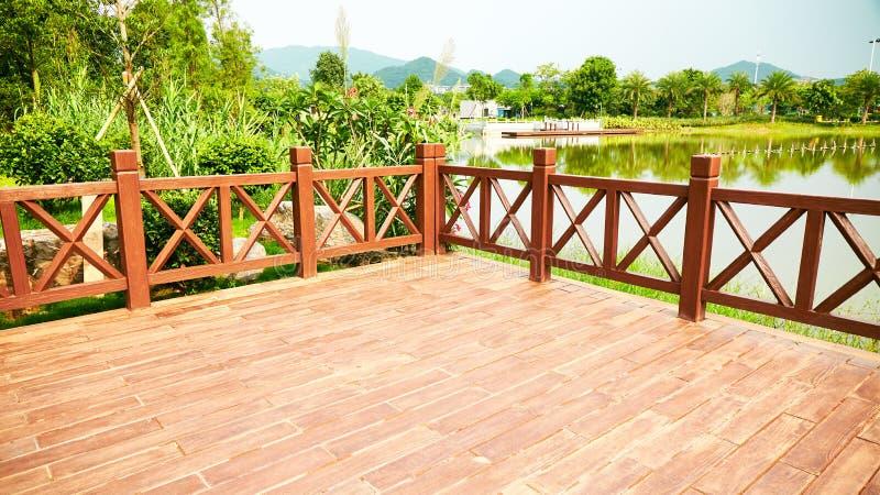 Pátio de madeira da plataforma de madeira exterior foto de stock