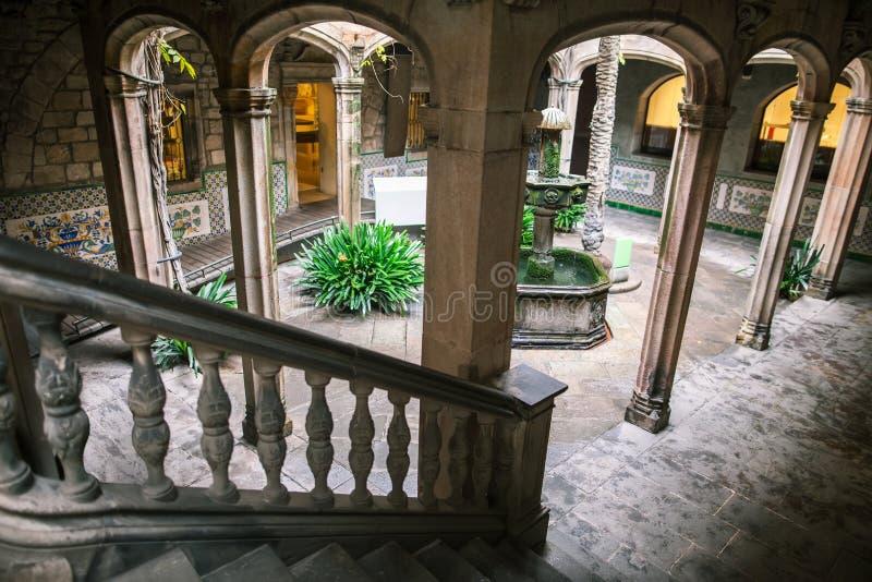 Pátio de uma construção gótico em Barcelona imagem de stock royalty free