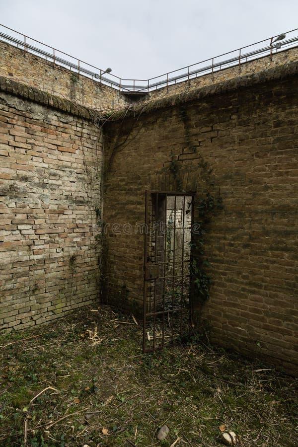 Pátio despenteado de uma prisão velha completamente das ervas daninhas e das pilhas fotos de stock royalty free