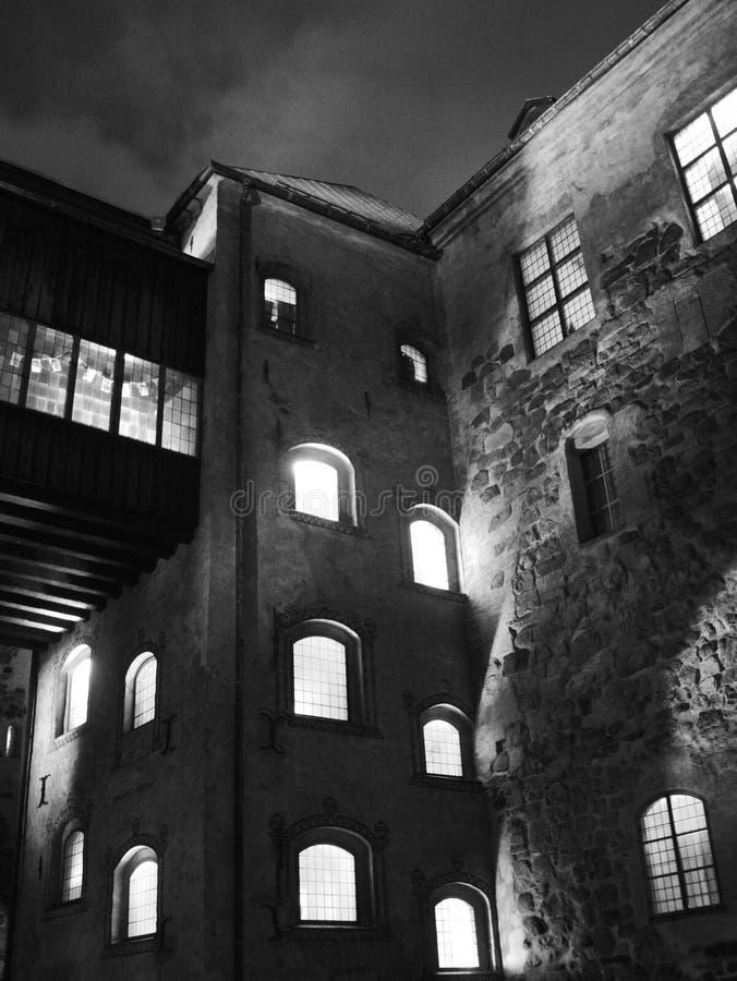 Pátio do castelo de Turku na noite, é uma construção medieval na cidade de Turku em Finlandia Foi fundado no foto de stock royalty free