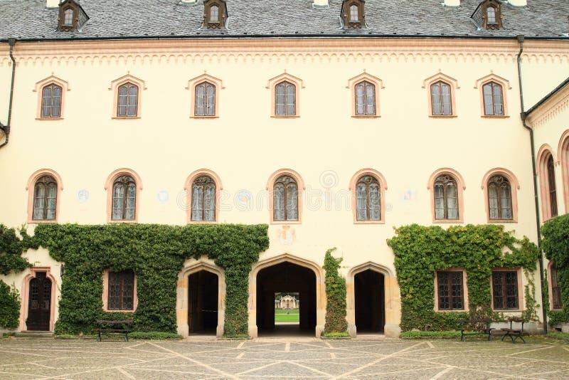 Pátio do castelo Sychrov imagem de stock