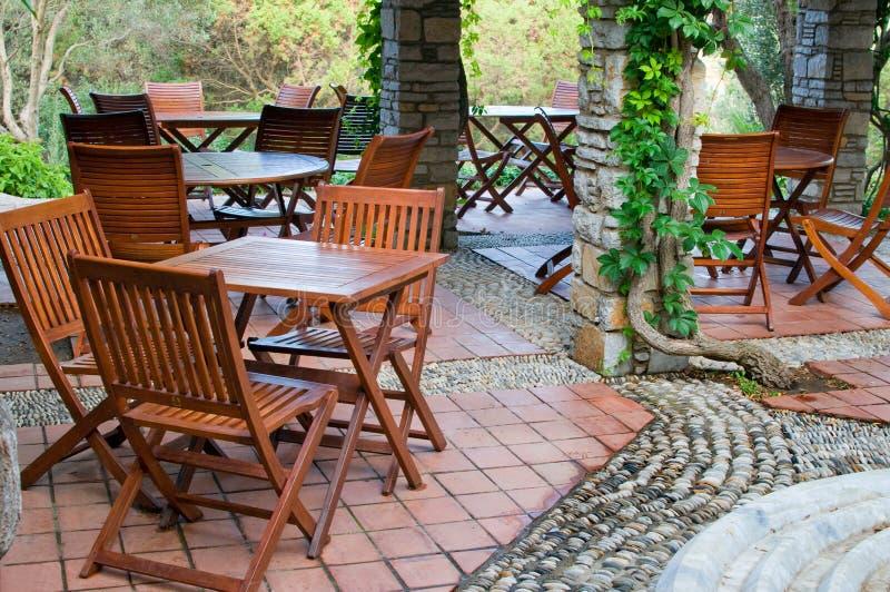 Pátio do hotel com tabelas e cadeiras. fotografia de stock royalty free