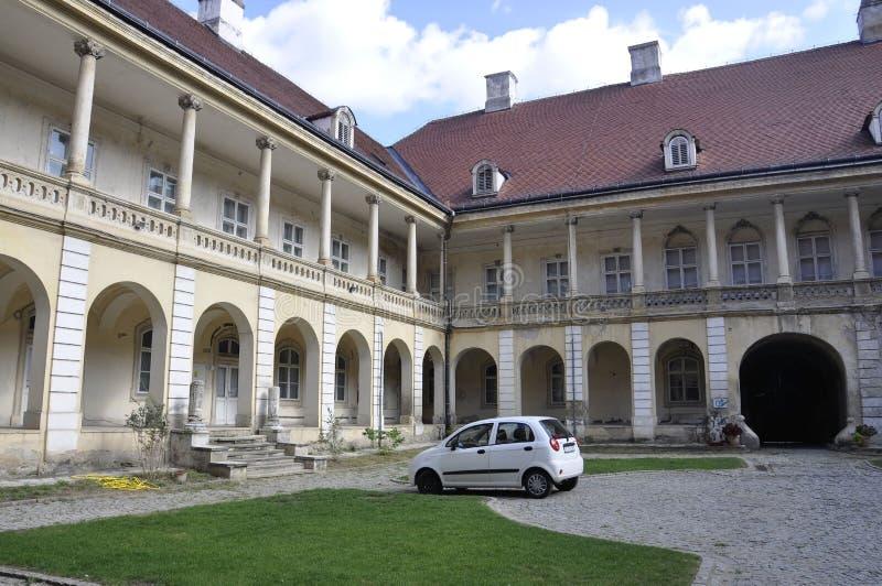 Pátio do palácio de Banffy em Cluj-Napoca da região da Transilvânia em Romênia foto de stock royalty free