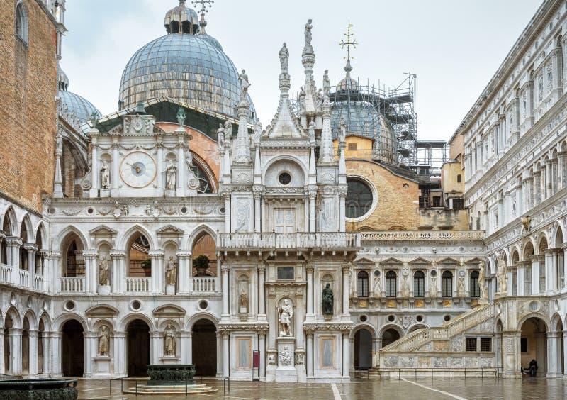 Pátio do palácio do ` s do doge em Veneza, Itália imagens de stock