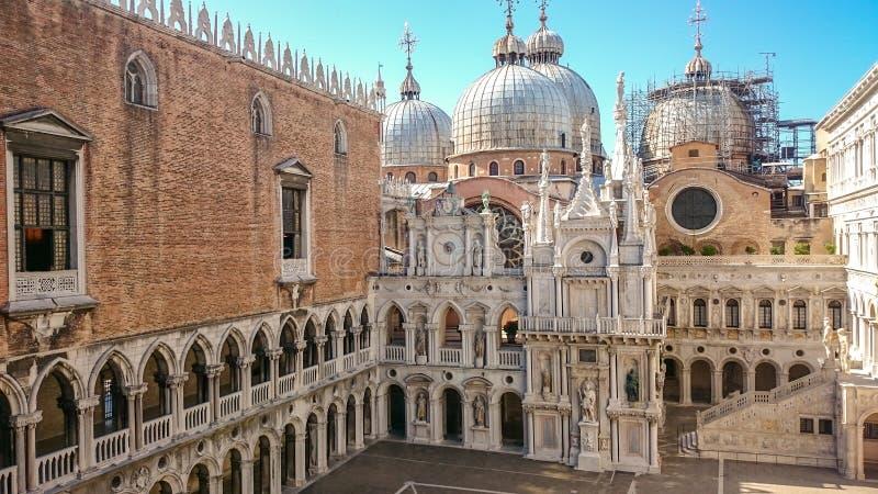 Pátio do palácio do ` s do doge ou do Palazzo Ducale em Veneza, Itália O palácio do ` s do doge é uma das atrações principais do  imagem de stock