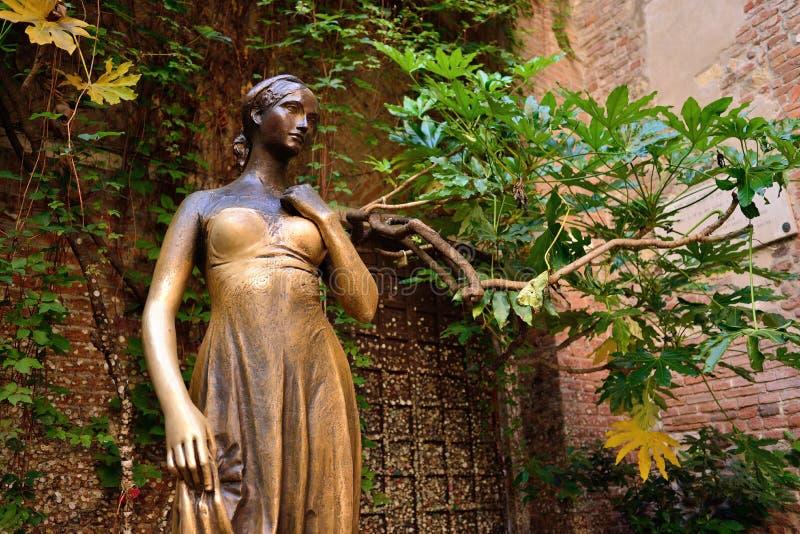 Pátio e estátua Juliet, Verona, Itália foto de stock royalty free