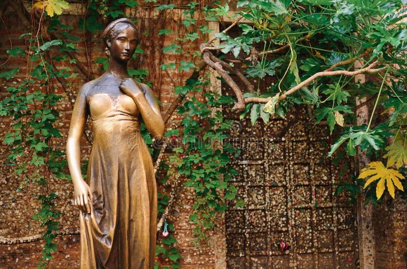 Pátio e estátua Juliet, Verona, Itália imagens de stock