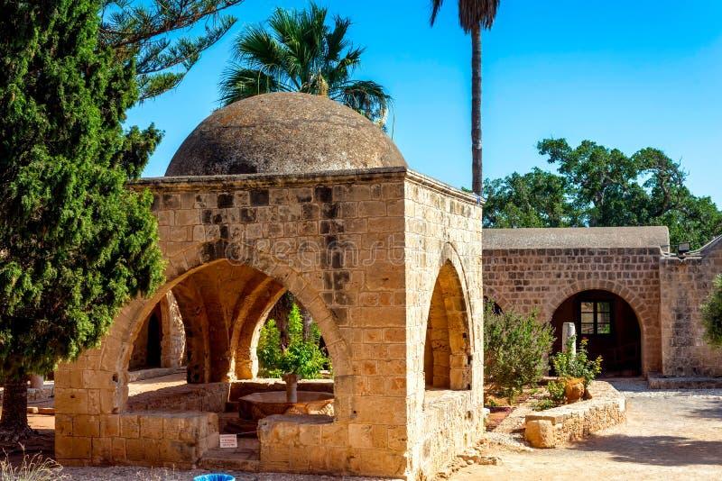 Pátio e jardim no monastério de Ayia Napa chipre fotografia de stock royalty free