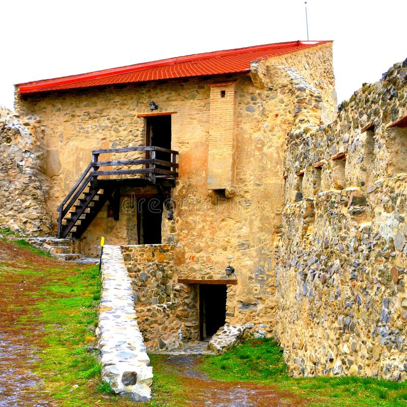 Pátio e ruínas em Rupea - Reps - vestígios medievais da fortaleza A Transilvânia, Romania imagens de stock