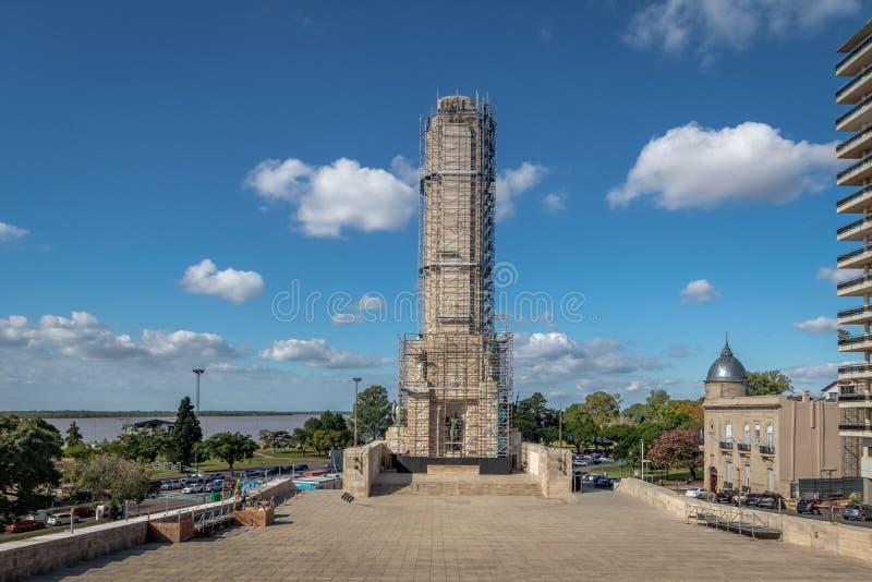 Pátio e torre cívicos sob reparos da bandeira nacional Monumento memorável Nacional um la Bandera - Rosario, Santa Fe, Argentina imagens de stock