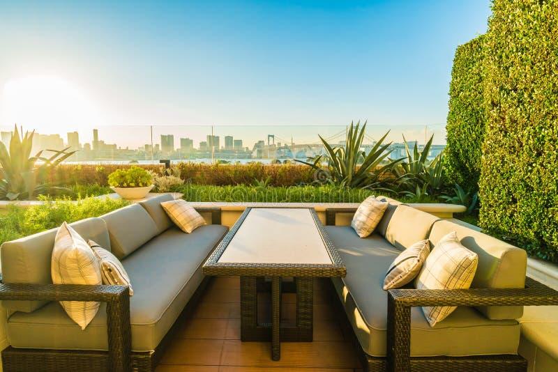 Pátio exterior com tabela e cadeira imagens de stock royalty free