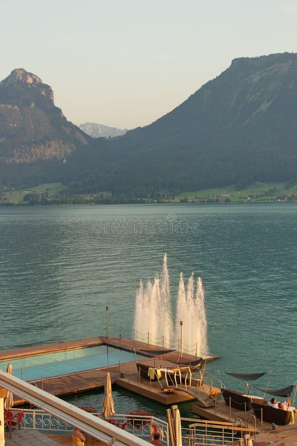 Pátio exterior do recurso na costa de St Wolfgang do lago, Áustria imagens de stock