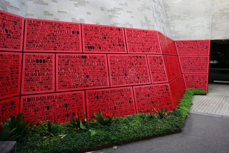 Pátio exterior do terraço com os painéis memoráveis que comemoram veteranos no santuário da relembrança em Melbourne, Victoria, A foto de stock