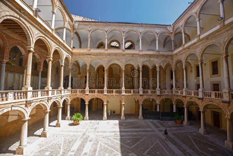 Pátio interior do palácio normando em Palermo, Itália fotografia de stock royalty free