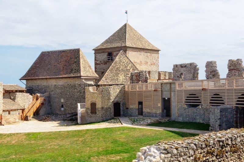 Pátio interno do castelo de Sumeg imagens de stock royalty free
