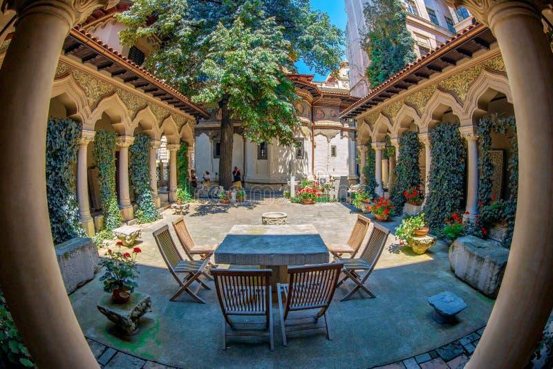Pátio interno do monastério de Stavropoleos, Bucareste, Romênia imagem de stock