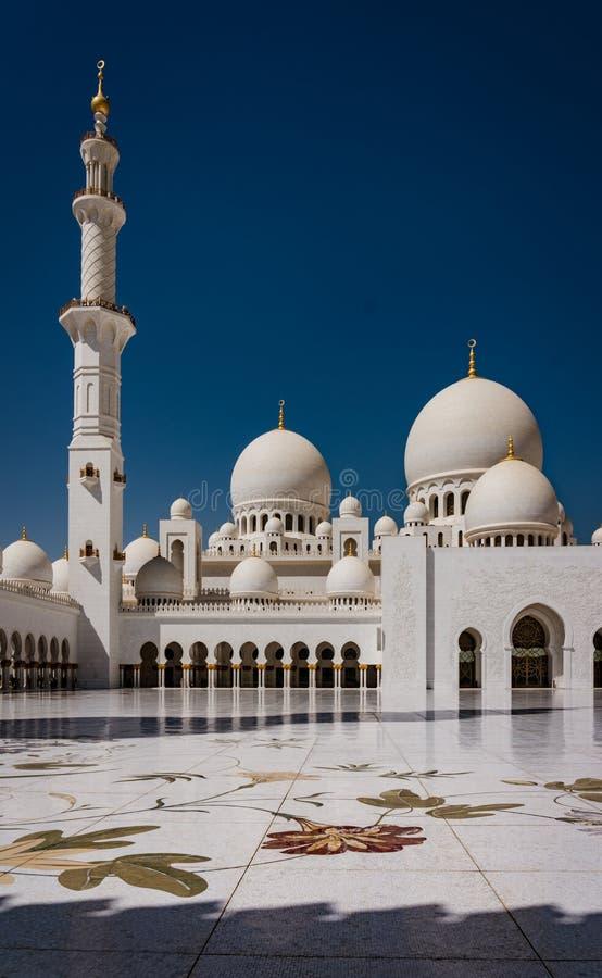 Pátio interno do xeique Zayed Mosque foto de stock royalty free