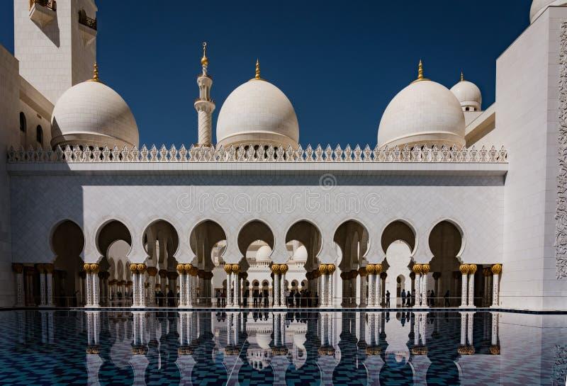 Pátio interno do xeique Zayed Mosque fotografia de stock