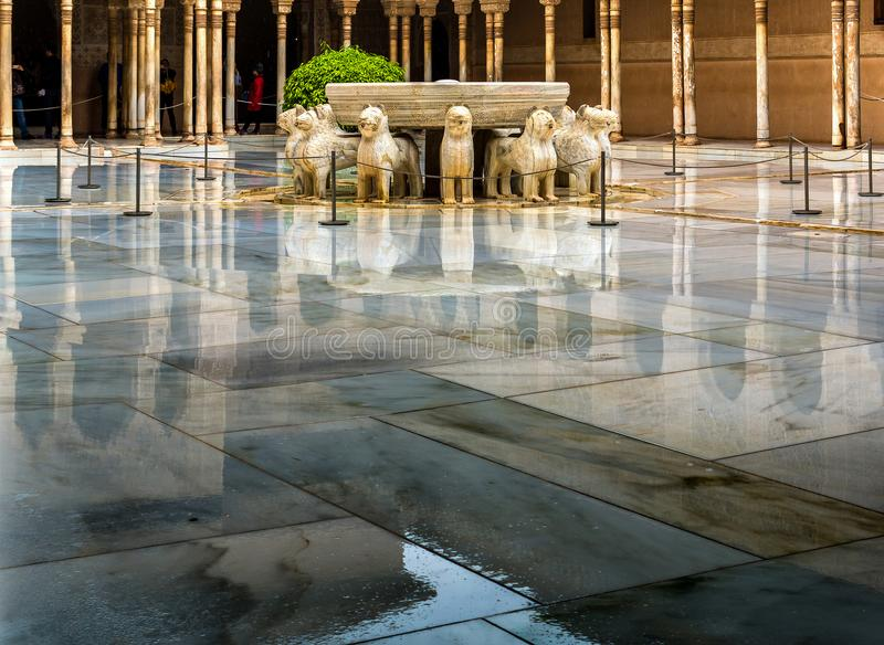 Pátio no palácio do Nasrid na chuva, Alhambra do leão, Granada, Espanha imagens de stock royalty free