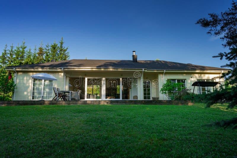 Pátio perto da casa em um dia ensolarado e em um céu azul claro fotografia de stock royalty free