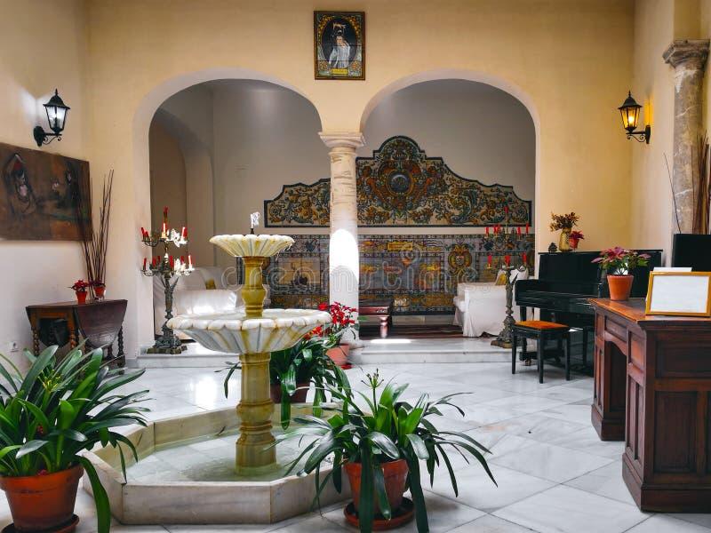 Pátio tradicional em uma casa Sevillian do solar na vizinhança famosa do bairro transversal santamente de Santa Cruz, Sevilha, Es imagem de stock