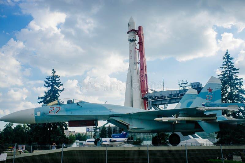 Pátria do russo - VDNKh Rocket e Su-27 fotografia de stock royalty free