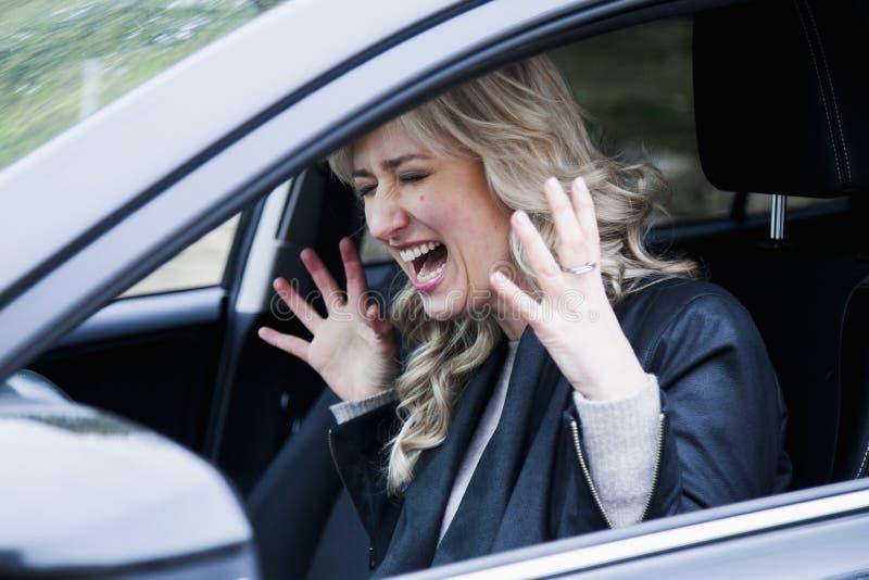 Pânico louro bonito da mulher no carro emergência, acidente, r imagem de stock royalty free