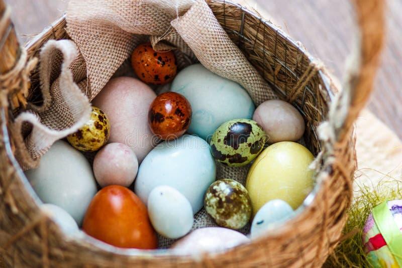 Pâques a coloré des oeufs dans le panier photo libre de droits