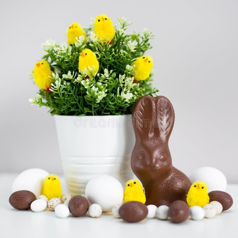 _Pâques concept - pâques oeuf, chocolat lapin, bonbon et décoration photo stock