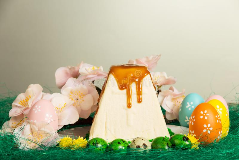Pâques curds le dessert, les différents oeufs de pâques, les fleurs et l'herbe o photos stock