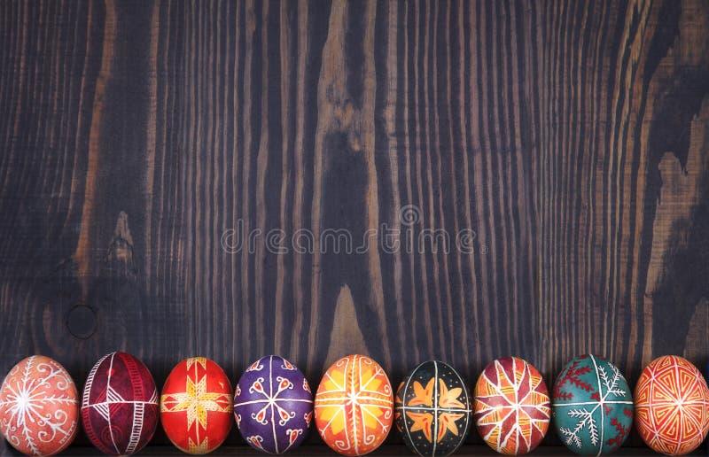 Pâques a décoré des oeufs sur un fond en bois images stock
