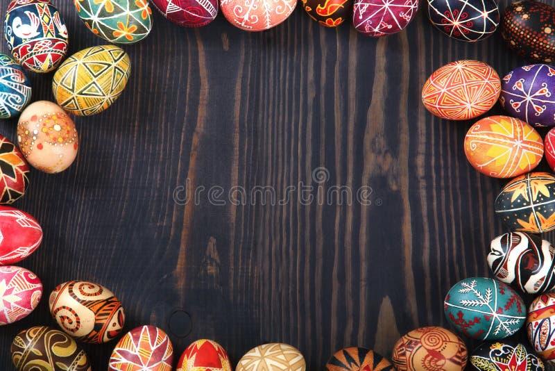 Pâques a décoré des oeufs sur un fond en bois image stock