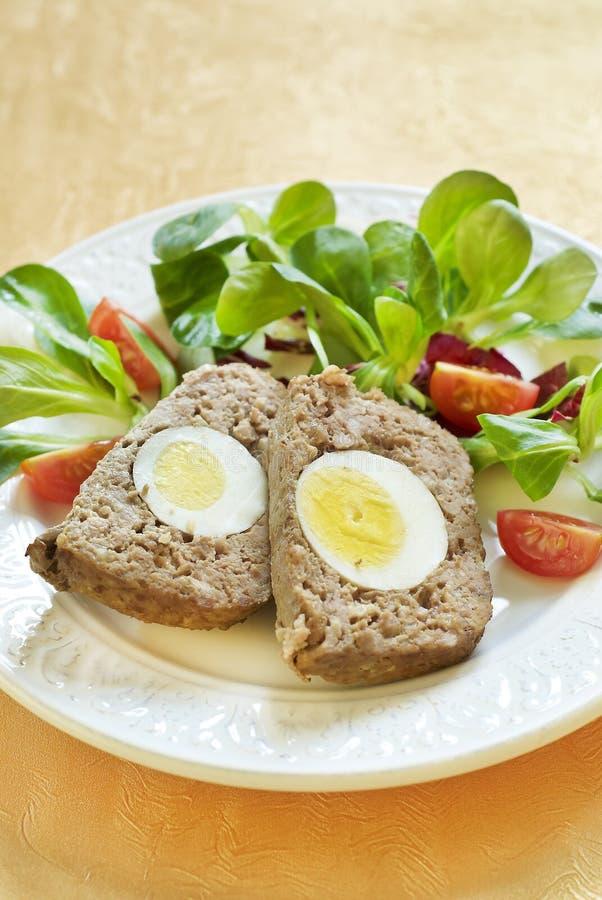 Pâques a fait le pain de viande cuire au four avec des oeufs à la coque photos stock